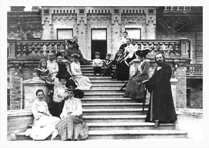 Парадні сходи вілли Асмолова, домашні Асмолова. Фото з книжки М.В.Сергієнко