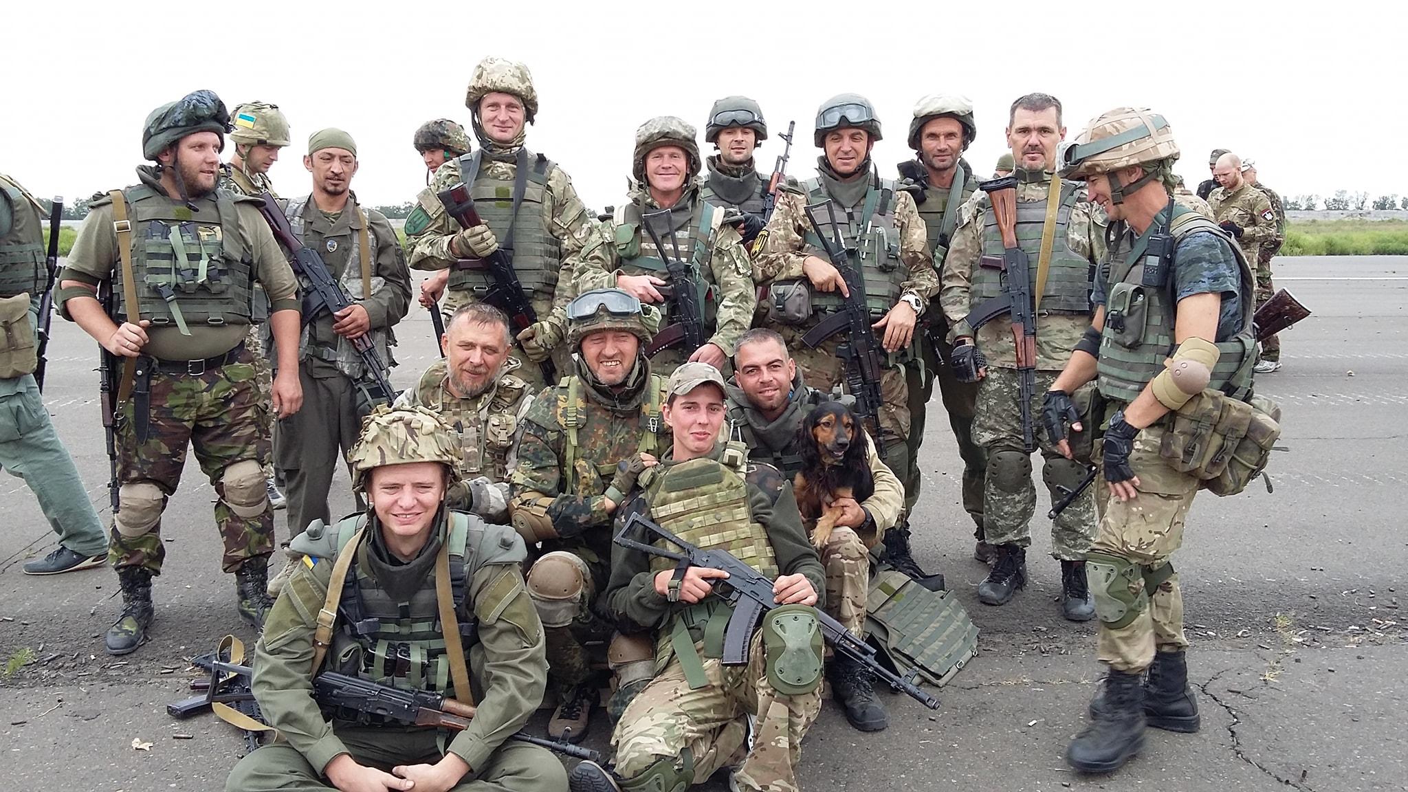 На фото Володимир на передньому плані праворуч без шолому