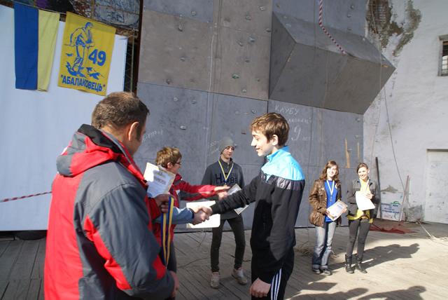 Федір Мітюхін вручає диплом призеру змагань. Березень 2012 року