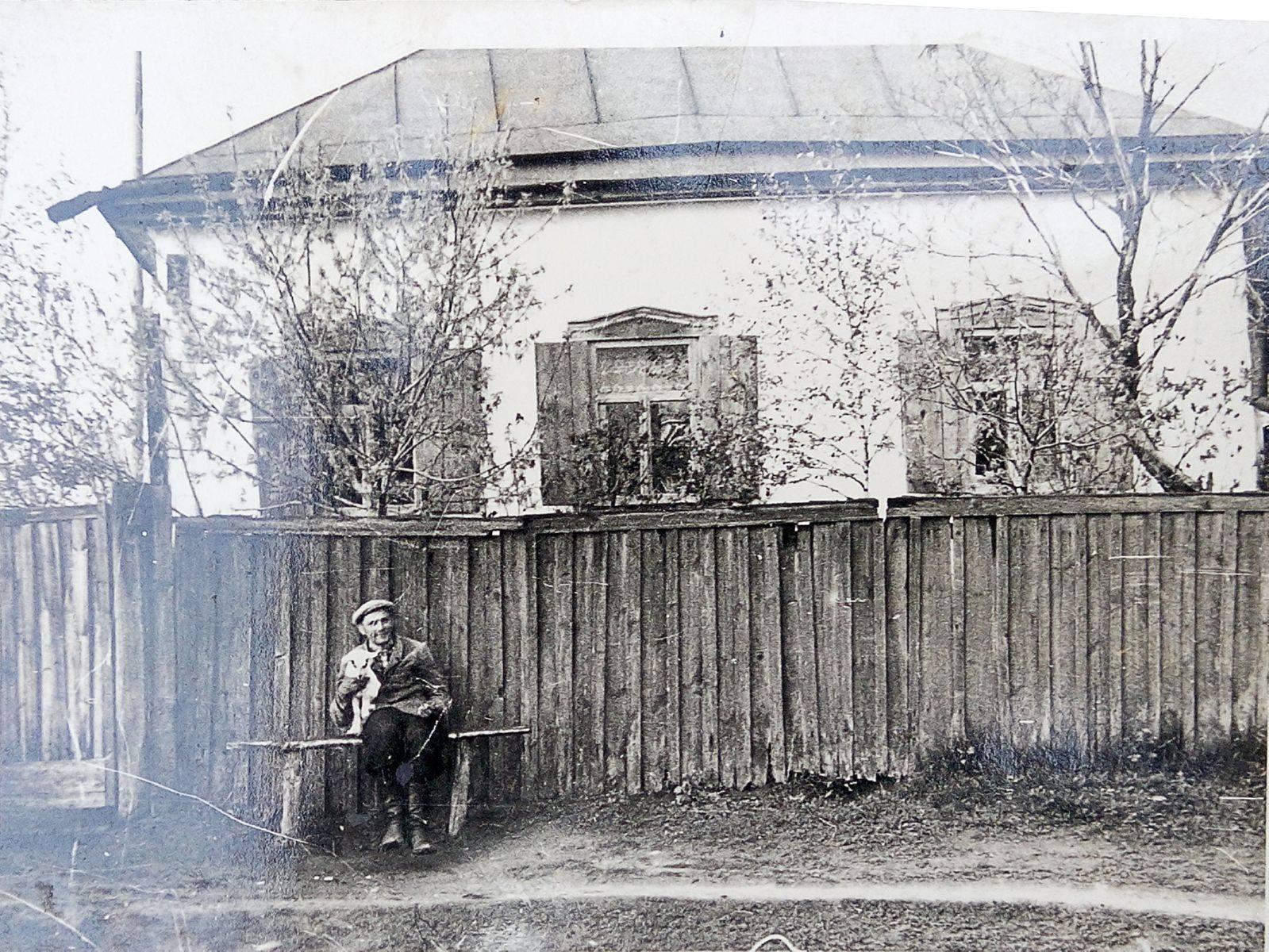 Іван Стрижаков біля будинку, в якому народився Василь Кричевський. Приватний архів родини Стрижакових