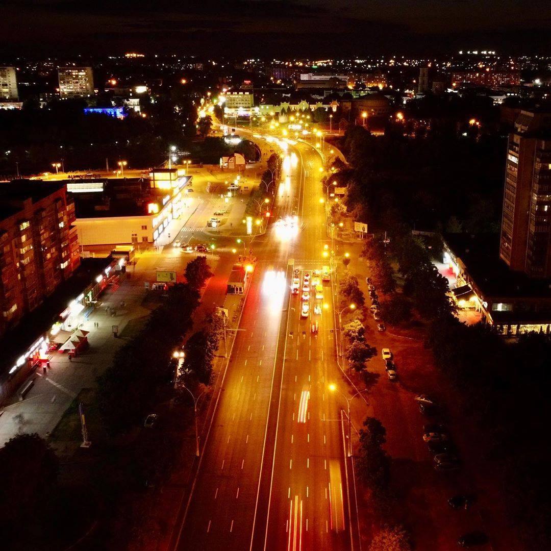 Вулиця Харківська, ТРЦ «Мануфактура» ліворуч. Фото: Віталій Босенко