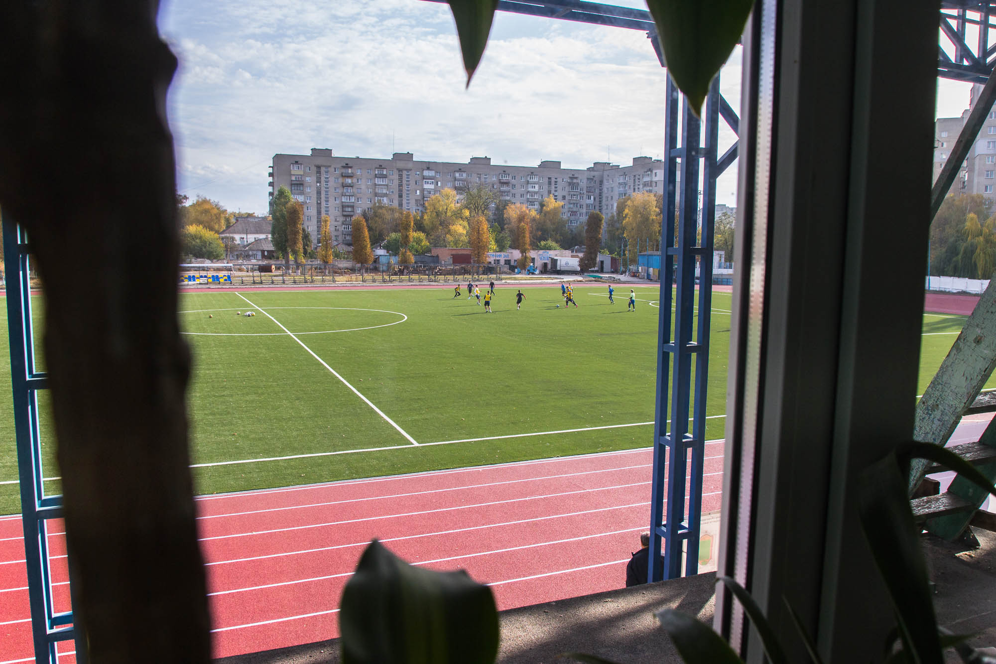 Вид на поле з будівлі, 2020 рік. Фото: Цукр