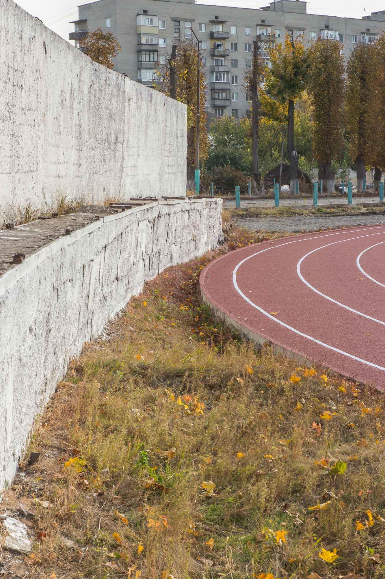 Бігові доріжки примикають до паркану. Фото: Цукр