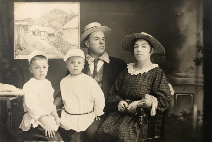 Давид та Марія Бурлюк з дітьми в США. Джерело: artguide.com