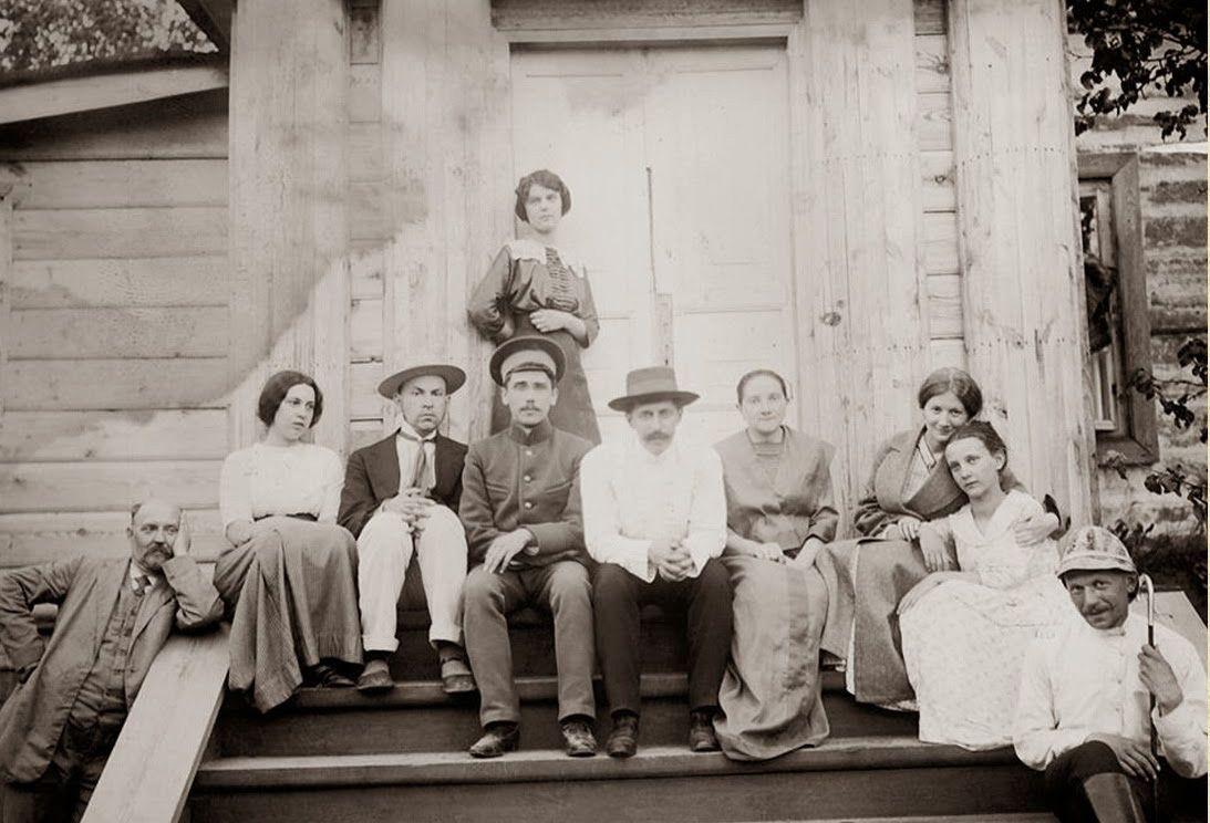 Георгій Нарбут (третій ліворуч) серед сім'ї на порозі рідного дому в Нарбутівці. Фото: artefact.org.ua